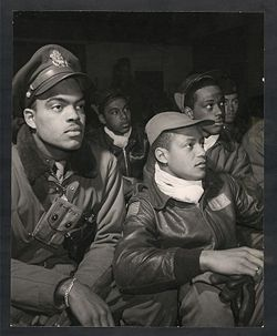 Tuskegee Airman , pilote afro américain  250px-332ndfighterbriefing1945