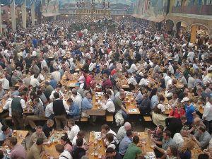 800px-Oktoberfest_bierzelt